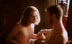 Loras leans in to talk to Renly: they are both half-naked