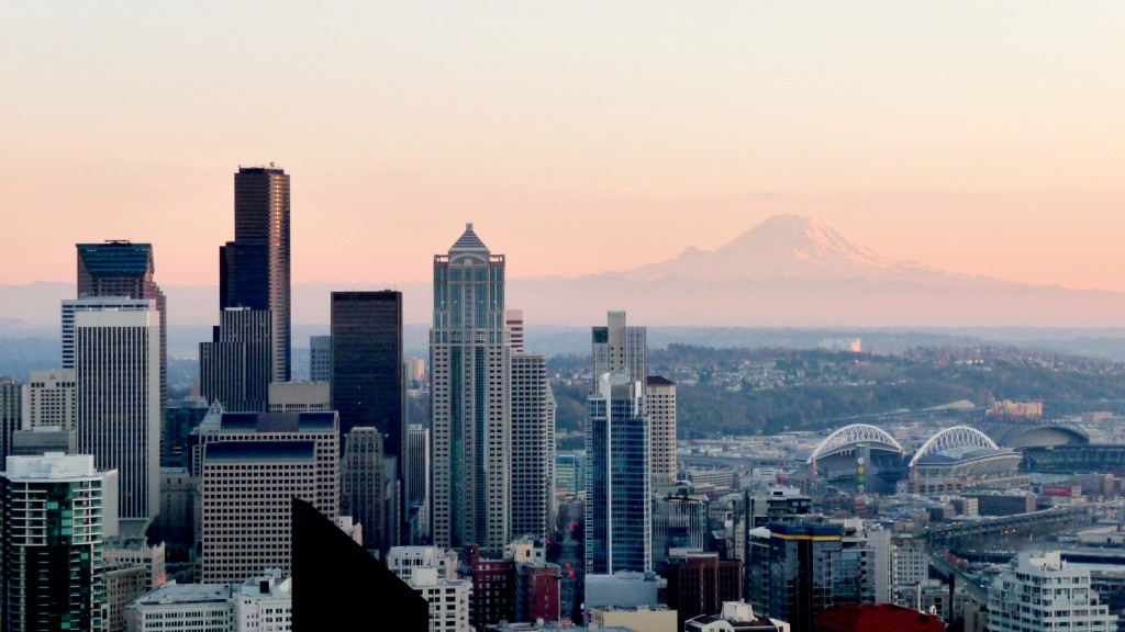 A further edition of the photo over Seattle with an illuminated Mount Rainier in the background and a sharp city landscape in the foreground.