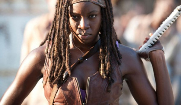 Michonne reaching to pull a sword from behind her back