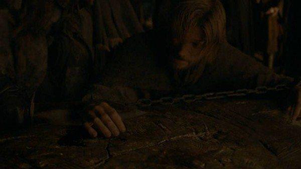 Locke cuts off Jaime's hand