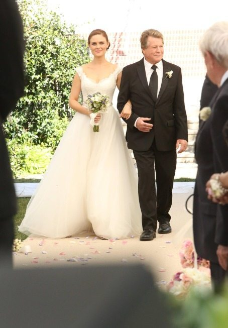 "BONES:  Max (guest star Ryan O'Neal, R) walks Brennan (Emily Deschanel, L) down the aisle at her wedding in the ""The Woman in White"" episode of BONES airing Monday, Oct. 21 (8:00-9:00 PM ET/PT) on FOX.  ©2013 Fox Broadcasting Co.  Cr:  Patrick McElhenney/FOX"