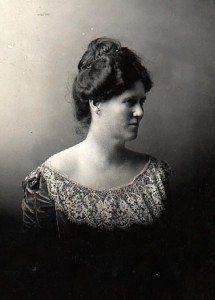A picture of Belle Case La Follette as a young woman.