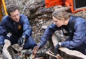 Brennan and Hodgins working on remains found in a log