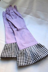 picture of purple rubber dish gloves with houndstooth fabric cuffs